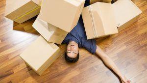 Persona descanzando con cajas encima