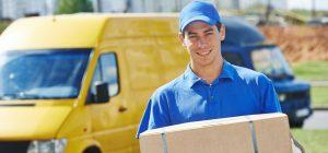 Persona cargando una caja